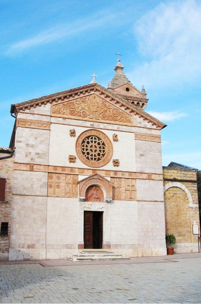 Facciata della chiesa di San Costanzo