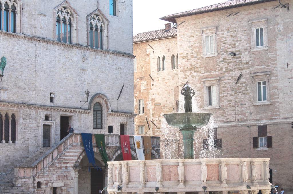 Fontana maggiore e stemmi dei rioni Perugia