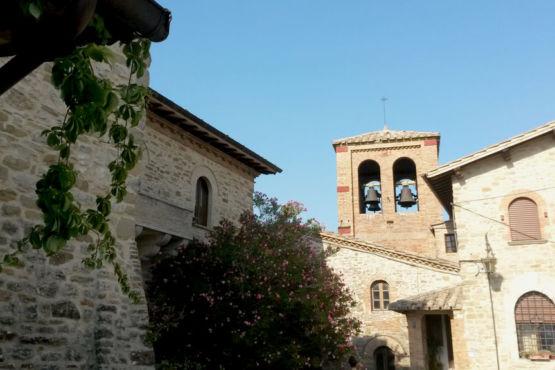 Torre vista dalla piazza di Giomici
