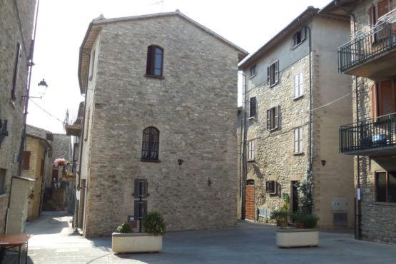 Piazzetta interna nel borgo di Valfabbrica
