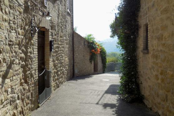 Una delle vie del borgo di Valfabbrica